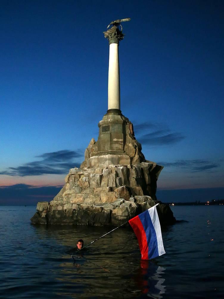 Памятник затопленным кораблям в Севастополе, 27 марта. Валерий ШАРИФУЛИН: Местные жители повесили российский флаг на основание памятника, но триколор сорвало штормом. Тогда повесили новый флаг, но и его сорвало. Периодически кто-то восстанавливал уносимый ветром символ