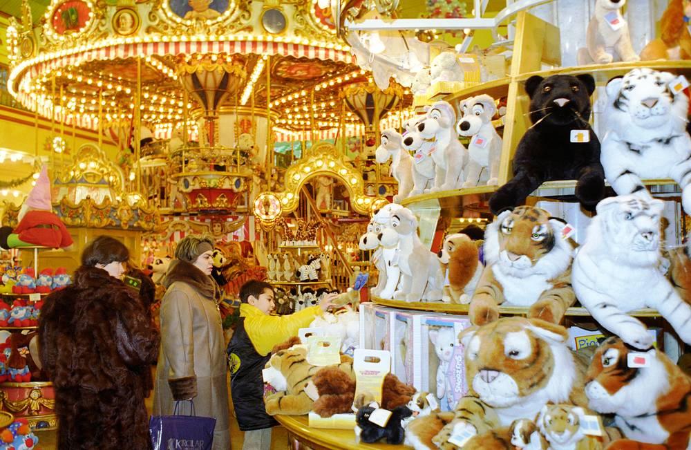 Центром универмага стал двухуровневый зал (атриум) со стеклянным потолком, украшенный мраморными колоннами и торшерами из бронзы и хрусталя. Позднее здесь появились детская карусель и деревянные часы с движущимися фигурками сказочных персонажей, 1997 год