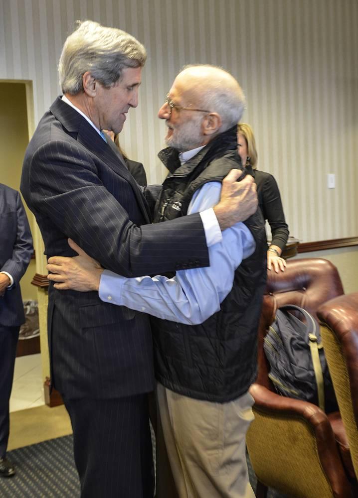Президент США Барак Обама дал поручение госсекретарю Джону Керри пересмотреть статус Кубы как государства - спонсора терроризма. На фото: госсекретарь США Джон Керри на встрече с освобожденным Кубой Аланом Гроссом после его возвращения на родину, 18 декабря 2014 года