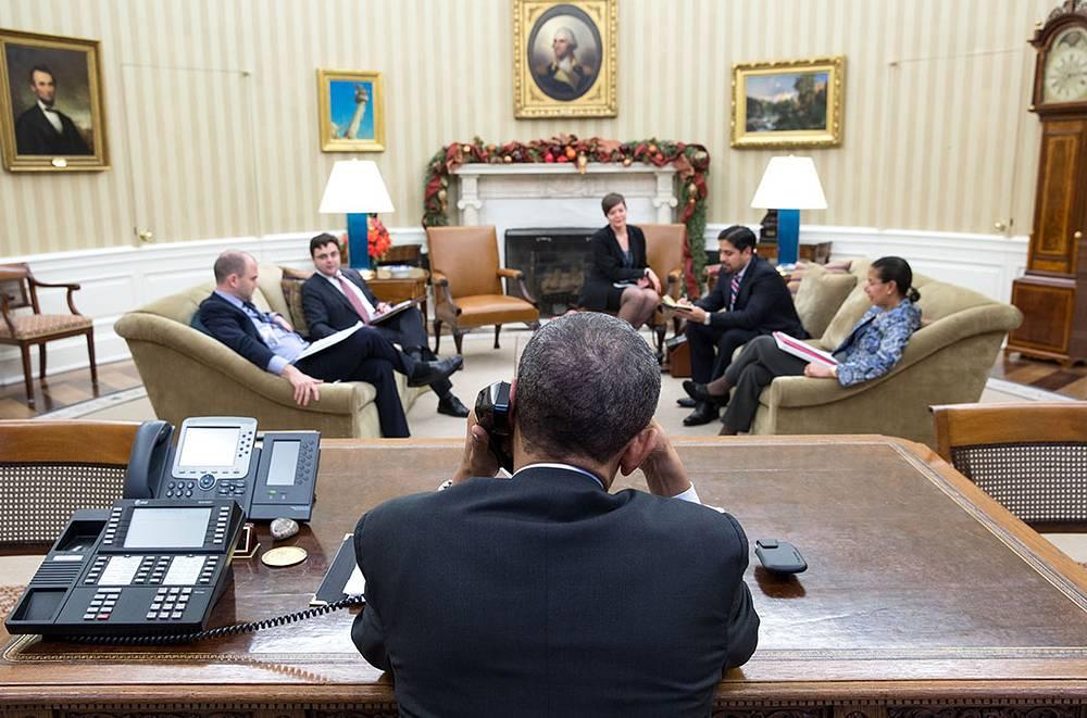 16 декабря президент США Барак Обама провел телефонный разговор с кубинским руководителем Раулем Кастро. По словам представителя Белого дома, они обсудили отношения между двумя странами, при этом Обама выразил обеспокоенность относительно соблюдения прав человека на острове. На фото: Барак Обама разговаривает по телефону с Раулем Кастро, 16 декабря 2014 года