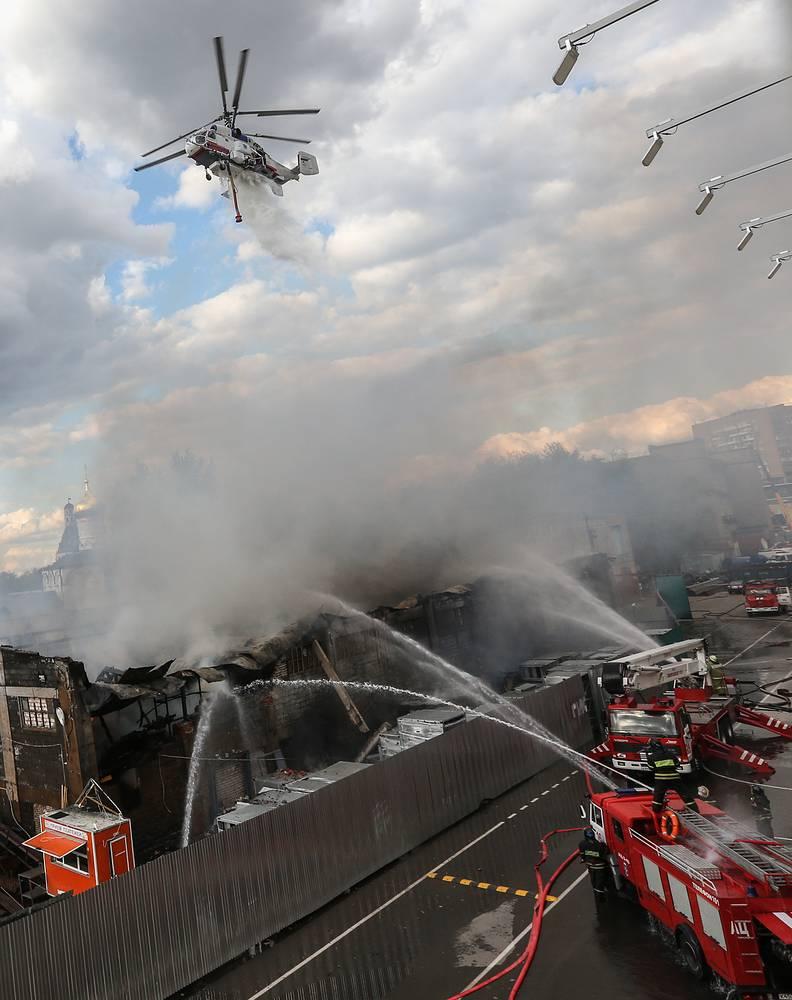 23 августа. На месте тушения пожара в складском здании на юге столицы (улица Ленинская слобода, дом 26, строение 8). Столб черного дыма от пожара был виден за несколько километров