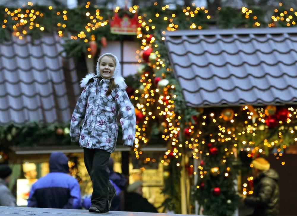 Девочка на одной из новогодних ярмарок города