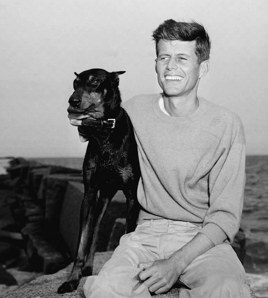 Будущий президент США Джон Кеннеди со своей собакой, 1946 год