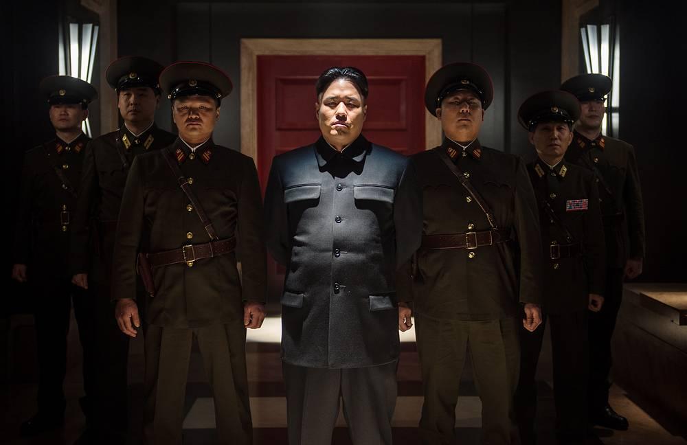 """В США 25 декабря в ограниченный кинопрокат вышел скандальный фильм режиссеров Сета Рогена и Эвана Голдберга """"Интервью"""". Скандал вокруг фильма разразился из-за его сюжета, по которому главные герои убивают лидера Северной Кореи Ким Чен Ына"""