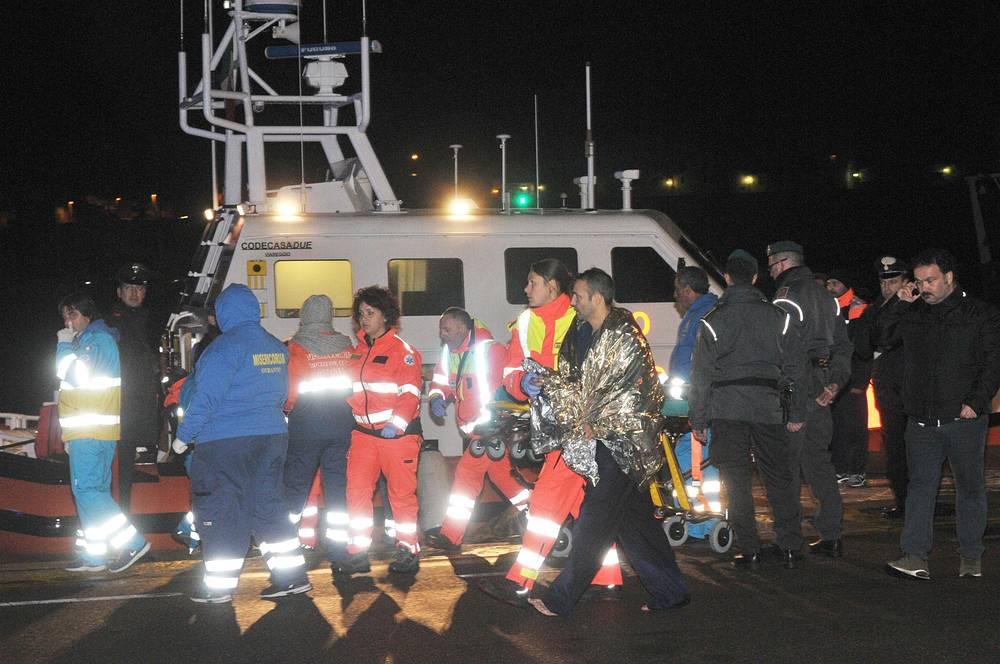 Подтверждена гибель одного пассажира. Спасенных людей отправляют в больницу в итальянском городе Бриндизи