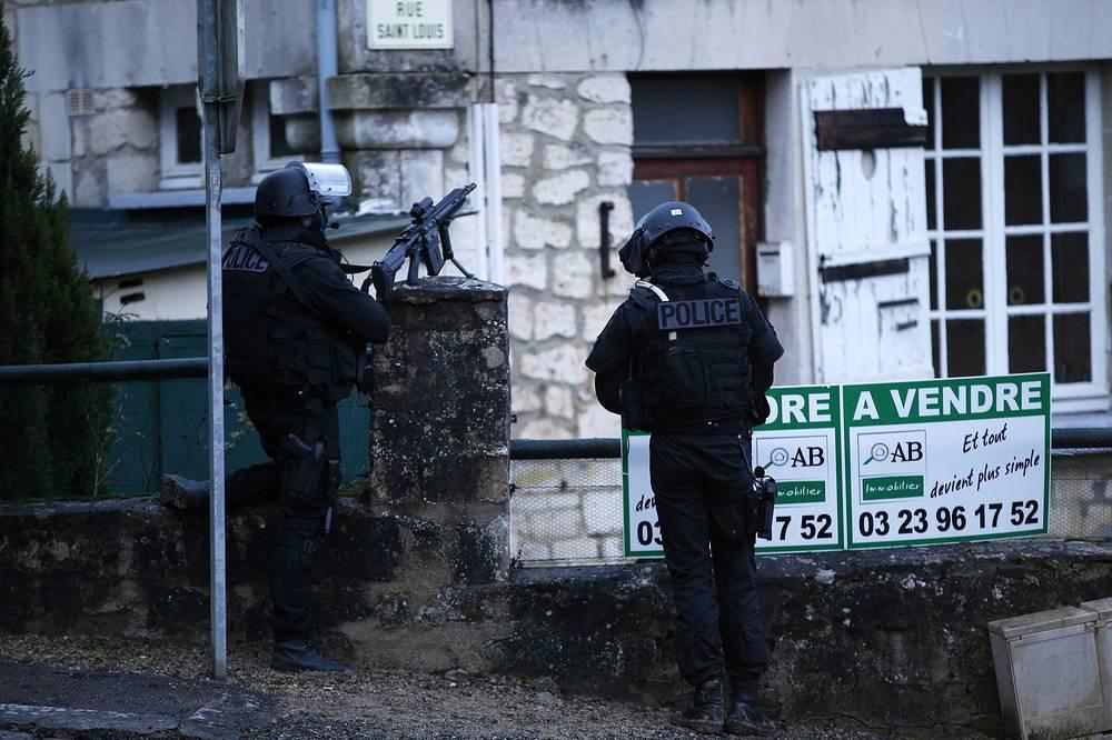 Подозреваемые в нападении на журнал считались братья Куаши. На фото: операция по поиску террористов, напавших на редакцию Charlie Hebdo 8 января