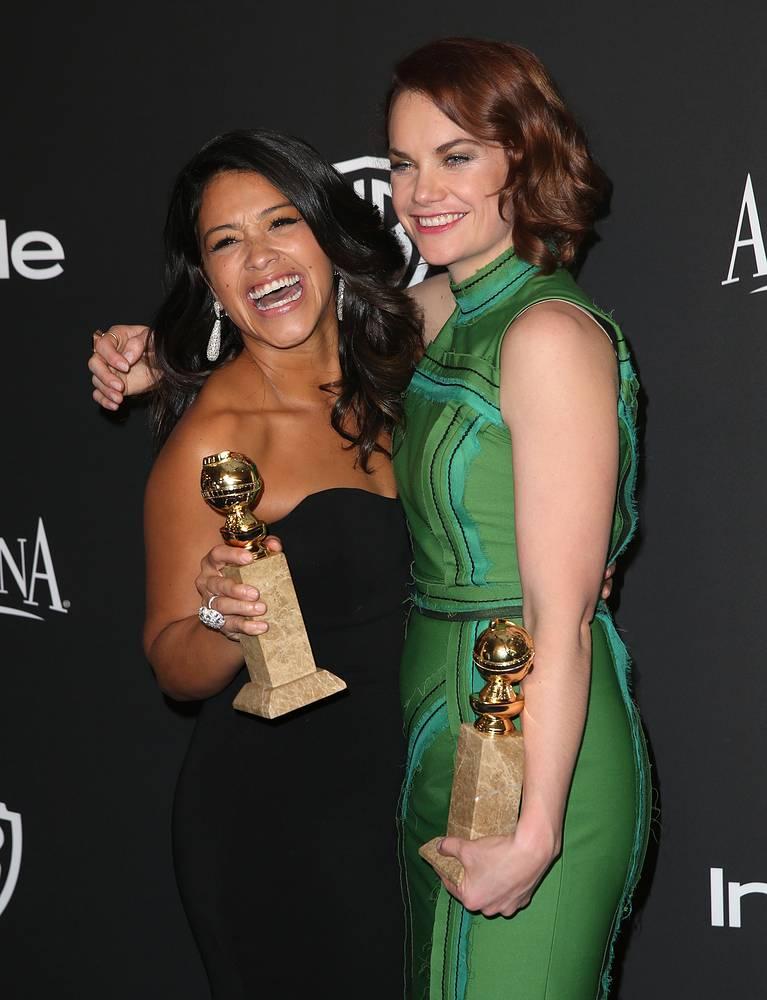 """Джина Родригес (на фото слева) получила премию как лучшая актриса телевизионной комедии за работу в сериале """"Девственница"""" (Jane the Virgin). Лучшей актрисой в драматическом сериале была признана Рут Уилсон (на фото слева) за роль в """"Любовниках"""" (The Affair)"""