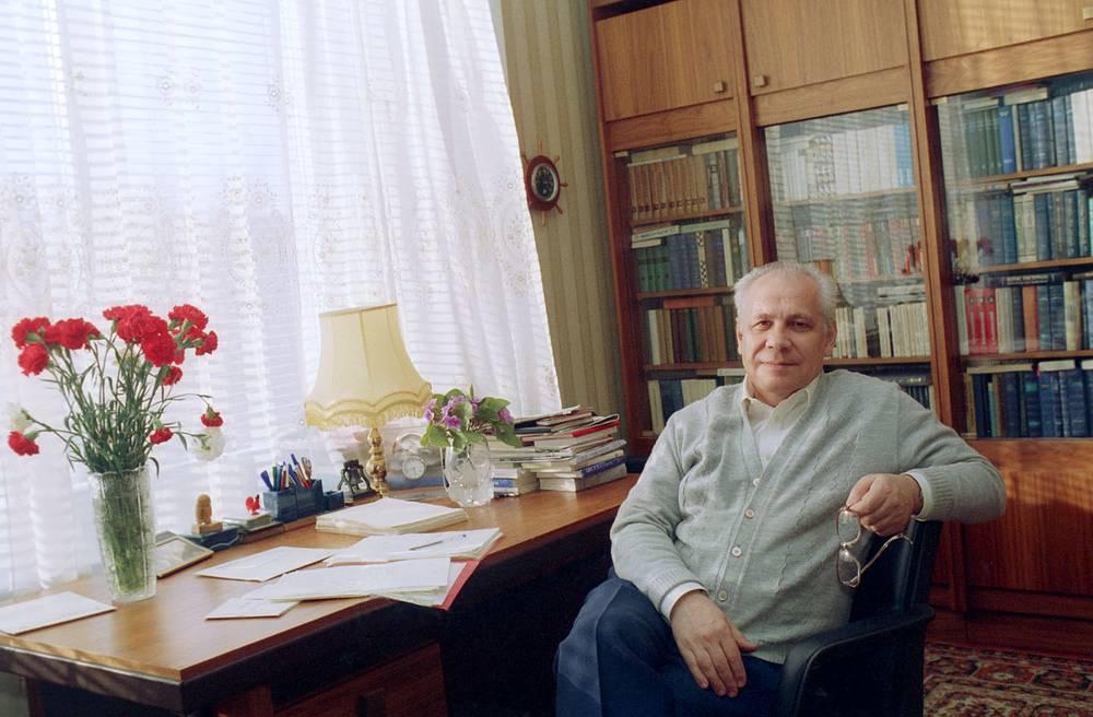 Участник путча Анатолий Лукьянов у себя дома после освобождения из-под стражи, Москва, 1993 год