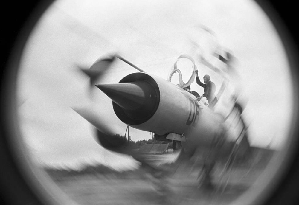 Истребитель-бомбардировщик Су-9. Один из первых советских самолетов с треугольным крылом и, до конца 1960-х годов, самый скоростной и высотный истребитель в СССР.