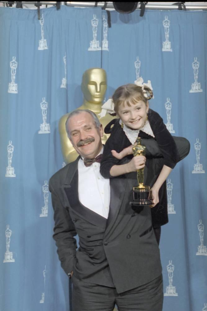 """Фильм """"Утомленные солнцем"""" завоевал """"Оскар"""" в 1995 году. На сцену за премией режиссер Никита Михалков вышел с дочкой Надей, сыгравшей в его фильме одну из главных ролей"""