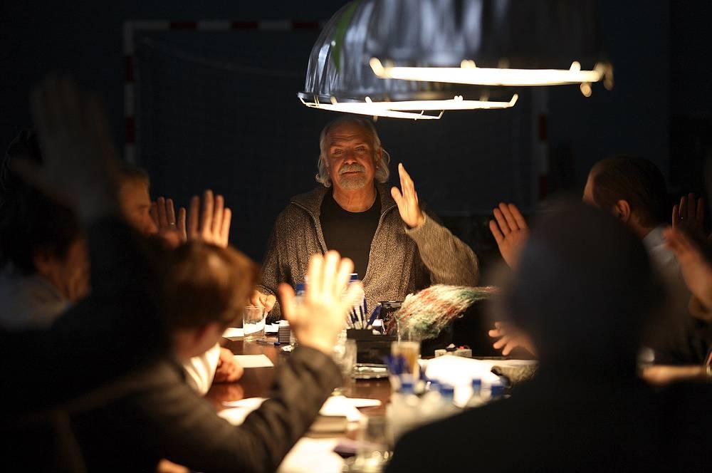 """Фильм """"12"""" - снятый за пять недель римейк знаменитого фильма Сидни Люмета """"12 разгневанных мужчин"""" - стал третьей номинацией Никиты Михалкова на """"Оскар"""""""