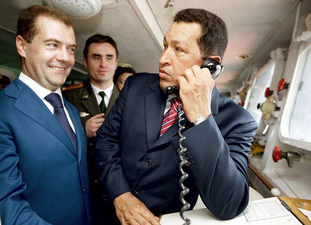 """Президенты России Дмитрий Медведев и Венесуэлы Уго Чавес на борту корабля """"Адмирал Чабаненко"""" в порту Ла-Гуайра в Каракасе, 2008 год"""