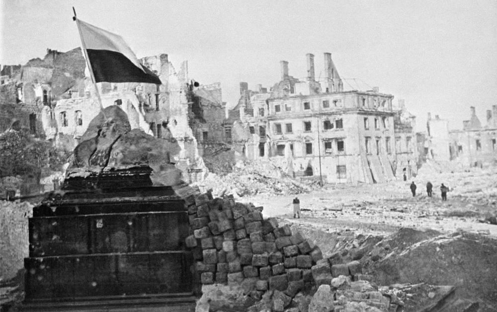 Польский флаг водружен на руинах памятника королю Сигизмунду, февраль 1945 года