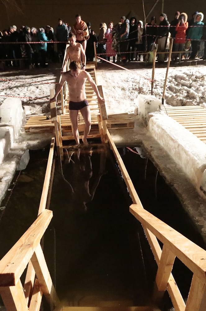 Купание в праздник Крещения Господня в Ангарском пруду, Волгоград