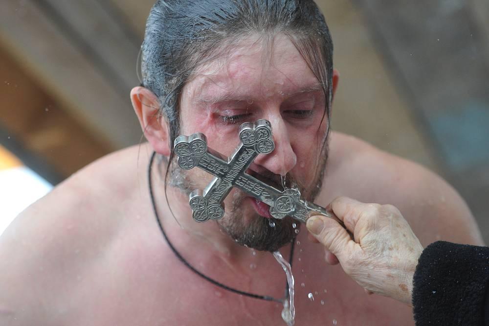 """Традиция крещенских купаний существует в России на протяжении многих столетий, считается, что она имеет сакральное """"очищающее"""" значение"""