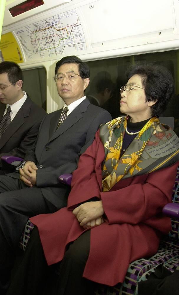 Вице-председатель Китая Ху Цзиньтао с женой Лю Юнцин проехался в лондонском метро во время пятидневного визита в Великобританию, 2001 год
