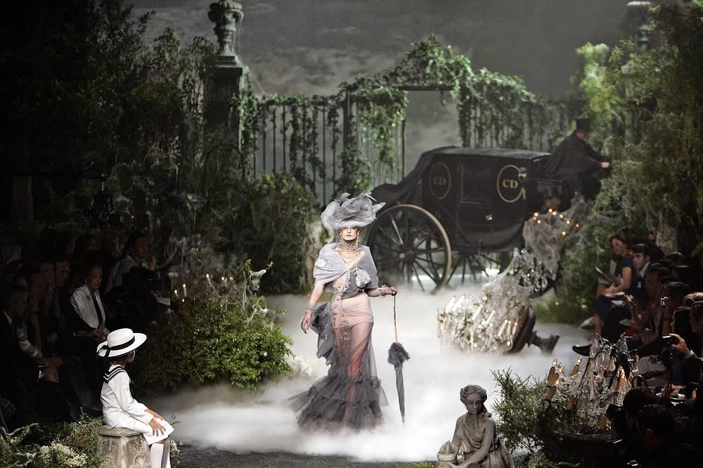 Показ осенне-зимней коллекции haute couture модного дома Christian Dior, 2005 год