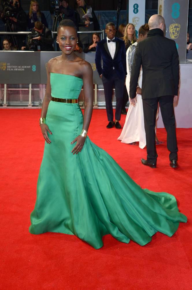 Лупита Ньонго на церемонии вручения премии EE British Academy Film Awards в Королевском оперном театре Лондона, 2014 год