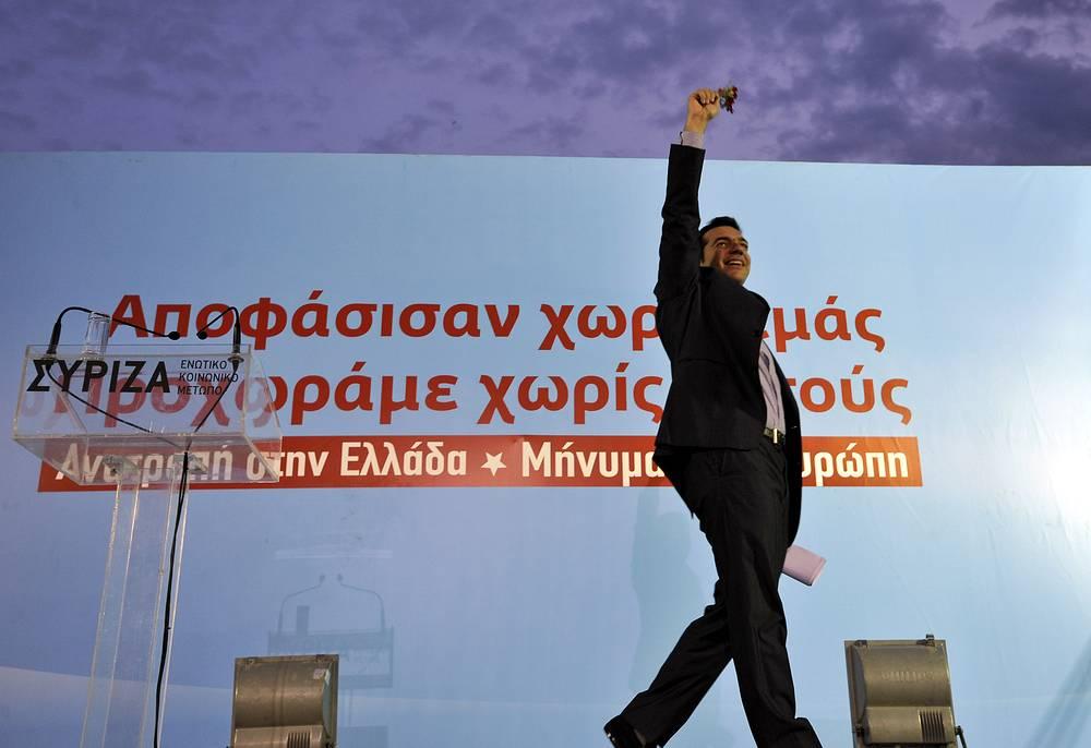 """""""Она (внешняя политика Греции) будет иметь целью, во-первых, активно защищать интересы греческого народа и территориальную целостность, суверенные права нашей родины в двустороннем плане и во всех международных организациях, в которых наша страна участвует, и во-вторых, продвигать с нашими соседними странами мирное разрешение разногласий на основе международного права и создание атмосферы доверия"""" (8 февраля, Афины). На фото: Алексис Ципрас в Салониках во время избирательной кампании перед парламентскими выборами в Греции, май 2012 года"""