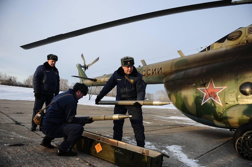 Подготовка вертолета Ми-8 к стрельбе из установки НУРС С-80
