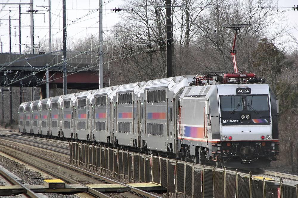 Поезд MultiLevel Coach в США. Вместимость - 127-132 человека (в зависимости от  длины состава и рассадки). Максимальная скорость движения - 160 км/ч