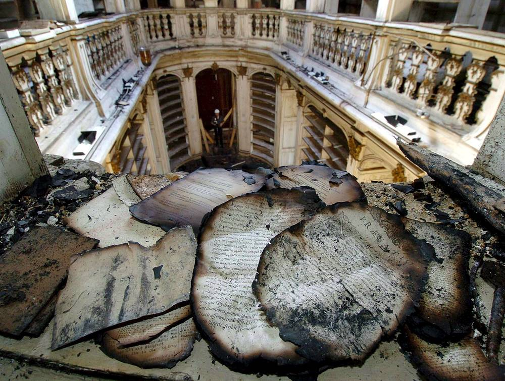2 сентября 2004 года при проведении ремонтных работ загорелась библиотека герцогини Анны Амалии в Веймаре в Германии