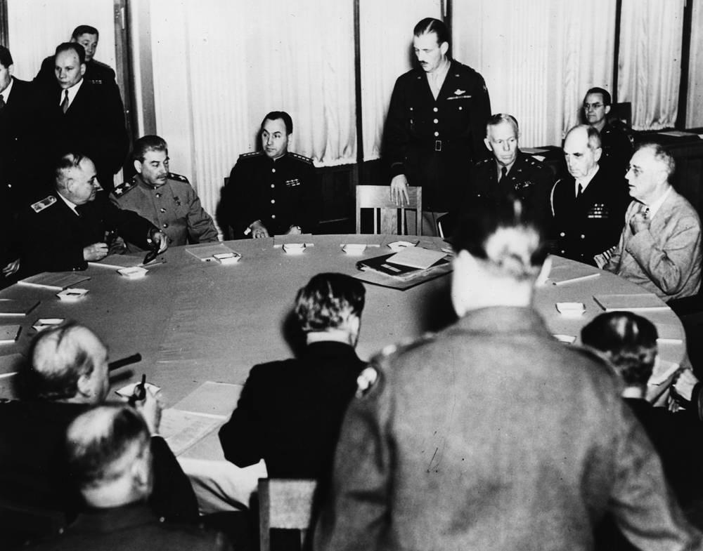 Слева по кругу: вице-комиссар иностранных дел СССР Иван Майский, маршал Иосиф Сталин; справа: премьер-министр Великобритании Уинстон Черчилль с министром иностранных дел Энтони Иденом