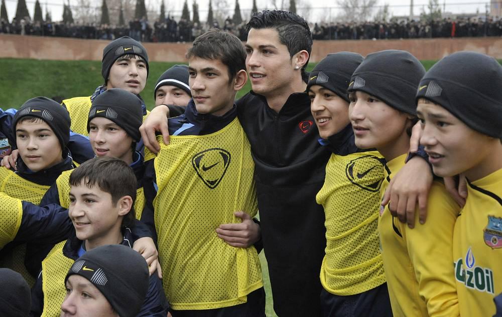 Криштиану Роналду - один из самых высокооплачиваемых футболистов планеты. Помимо зарплаты и бонусов в клубе он получает крупные суммы от сотрудничества с различными компаниями. В то же время Роналду занимается и благотворительными проектами в футболе. На фото: визит Роналду в Ташкент, 2009 год