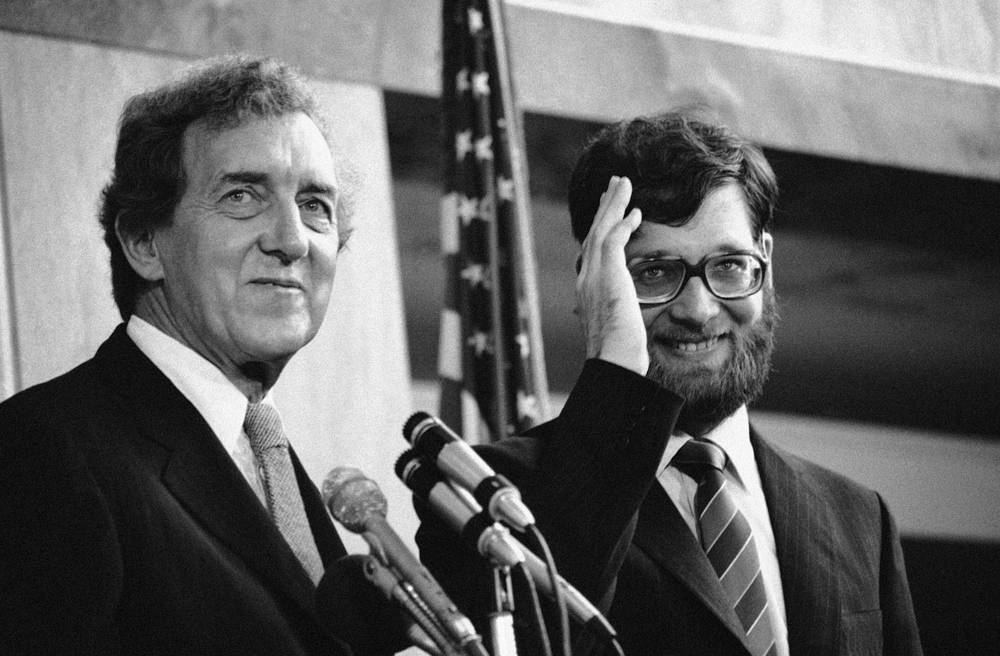 Эдмунд Маски также возглавлял Госдепартамент США при Джимми Картере в 1980-1981 годах. Он покинул пост госсекретаря, когда Картер проиграл президентские выборы. На фото: Эдмунд Маски и освобожденный заложник иранских экстремистов Ричард Куин (справа), 21 июля 1980 года