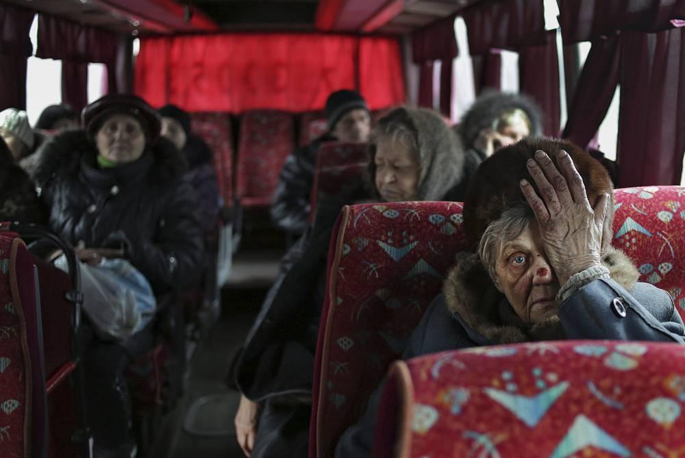 """""""К месту эвакуации прибыли 40 человек. Люди не пришли, так как с украинской стороны не было оповещения о возможности эвакуации в ДНР, люди ничего не знают"""", - сказал Басурин. На фото: жители Дебальцева в автобусах для эвакуации, 3 февраля"""