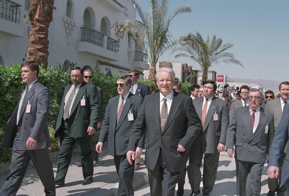 Первый визит президента России в Египет. Борис Ельцин принял участие в Международной встрече на высшем уровне по мирному процессу на Ближнем Востоке и борьбе с международным терроризмом в  Шарм-эш-Шейхе