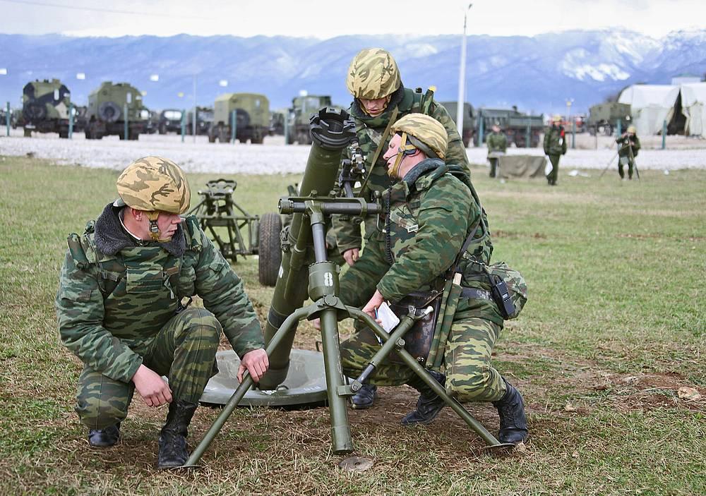 Абхазия. Солдаты во время занятий по огневой подготовке на территории 7-й военной базы ВС России.