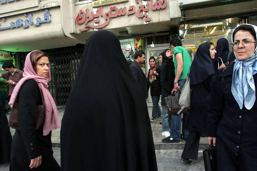 Иран, женщина-полицейский (спиной)