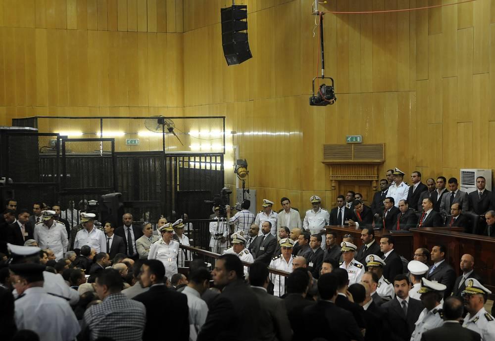 Последнее уголовное дело в отношении Мубарака и его сыновей было отправлено на пересмотр в апреле 2015 г. Речь идет о расстрате госсредств, выделенных на ремонт президентских дворцов. На фото: судебное заседание по одному из дел, возбужденных против Мубарака