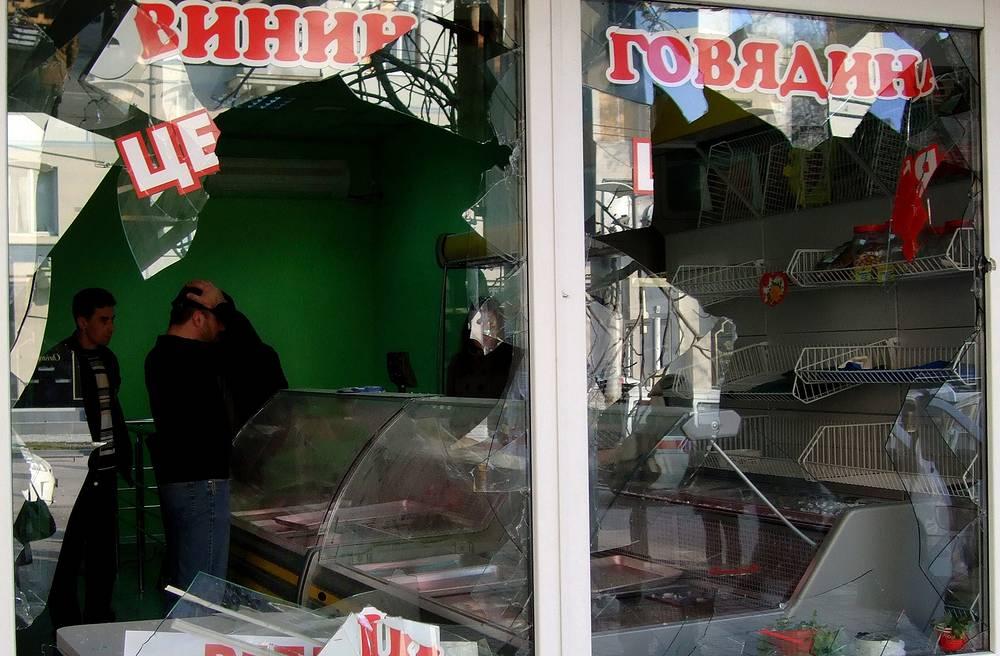 Магазин с выбитыми стеклами рядом с местом взрыва