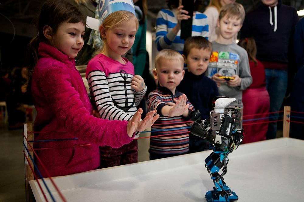 """Малыши играют с роботом в игру """"Стой! Кто идет?"""""""