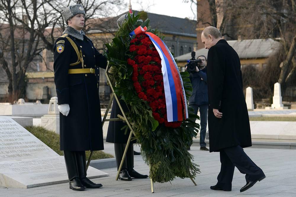 Президент России Владимир Путин во время церемонии возложения венка к Воинскому мемориалу советским солдатам