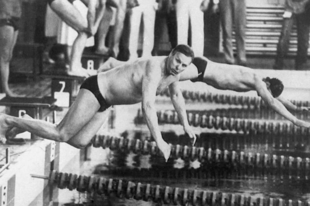 Анатолий Собчак принимает участие в эстафете 4 х 50 м на Играх доброй воли в Санкт-Петербурге, 1994 год