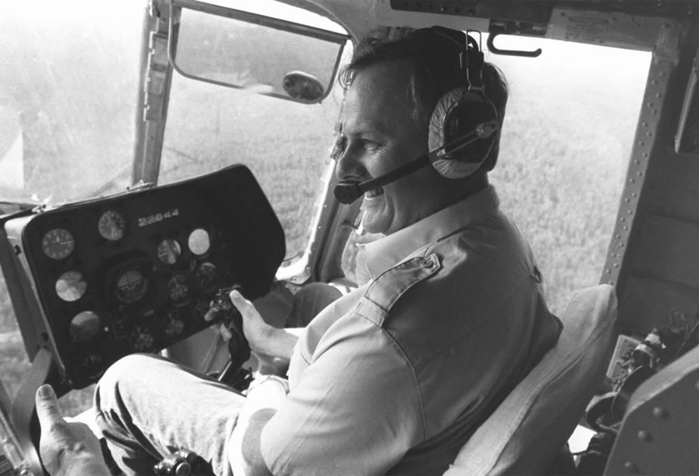 Анатолий Собчак за штурвалом вертолета совершает облет Ленинградской области, рассматривая возможность создания фермерских хозяйств, 1992 год