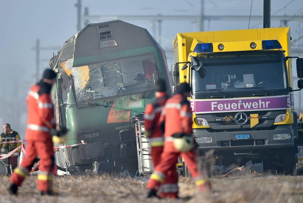 По данным полиции, региональный экспресс InterRegio столкнулся с пригородным поездом S-Bahn на стрелке при выезде на линию Бюллах - Шаффхаузен