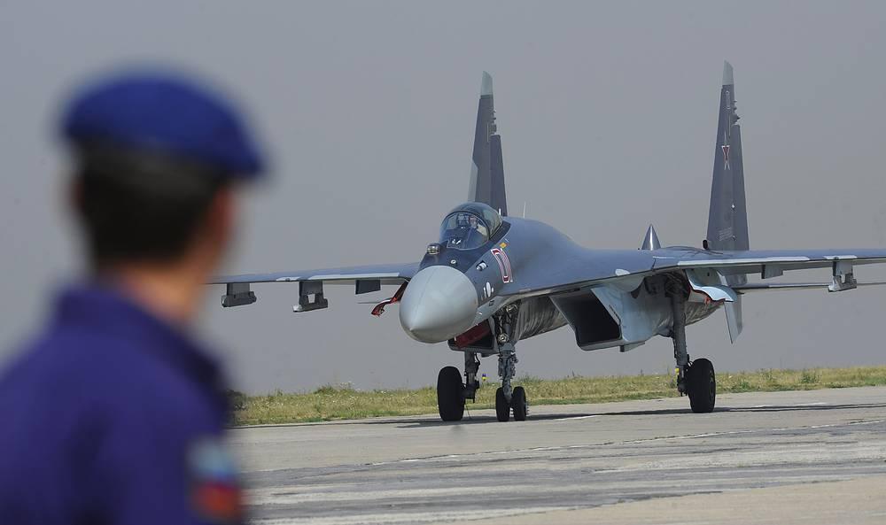 Истребитель СУ-35 поколения 4++. Наличие двигателей с отклоняемым вектором тяги и современного комплекса бортового радиоэлектронного оборудования вплотную приблизило летные и боевые характеристики этого истребителя к самолетам пятого поколения. В 2015 году Су-35 начнут поступать в строевые части ВВС