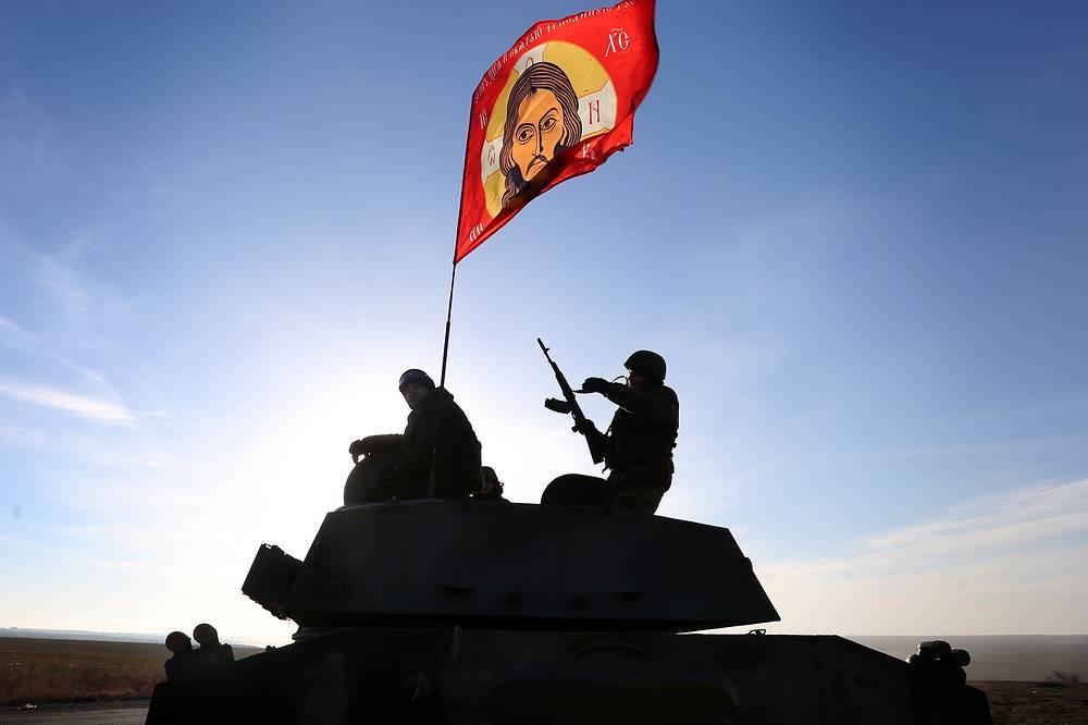 24 февраля представитель минобороны ДНР Эдуард Басурин заявил, что с 9.00 мск ополчение приступило к отводу тяжелой артиллерии в соответствии с графиком, согласованным провозглашенными республиками и Киевом. На фото: отвод батареи самоходных артиллерийских установок из пригорода Донецка