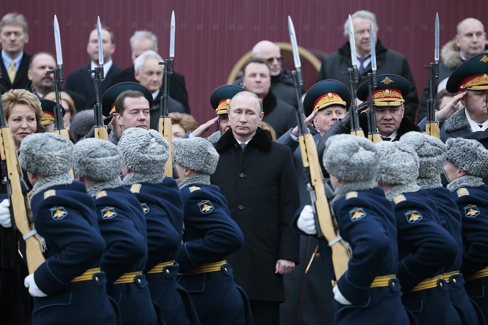 Президент РФ Владимир Путин на церемонии возложения венка к Могиле Неизвестного Солдата в День защитника Отечества, 23 февраля