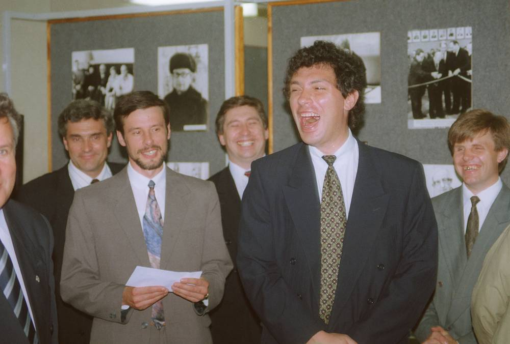 17 декабря 1995 г. Борис Немцов был переизбран губернатором на второй срок, набрав в первом туре 58,37% голосов. На фото: Борис Немцов, губернатор Нижегородской области во время вручения стипендий имени Ю.Харитона, 1995 год