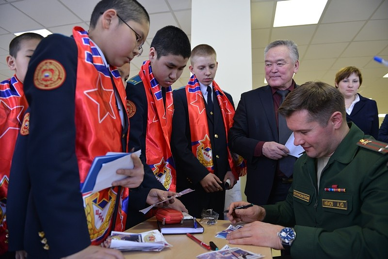 Алексей Немов во время автограф-сессии в Кызыльском президентском кадетском училище
