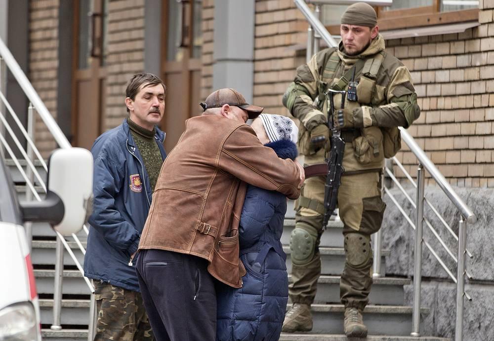 По данным министерстве энергетики и угольной промышленности Украины из шахты подняты 18 горняков, один из них погиб, судьба 32 шахтеров остается неизвестной