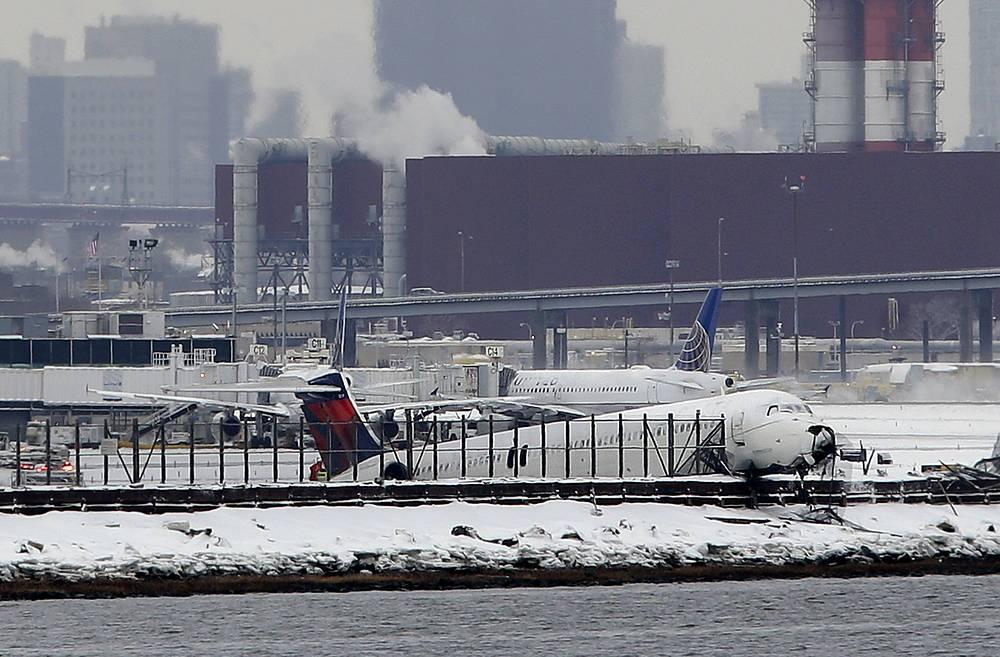5 марта самолет американской авиакомпании Delta совершил аварийную посадку в нью-йоркском аэропорту Ла-Гуардиа. Лайнер выкатился за пределы полосы, пробил ограждение и остановился в нескольких метрах от залива, рядом с которым находится аэропорт