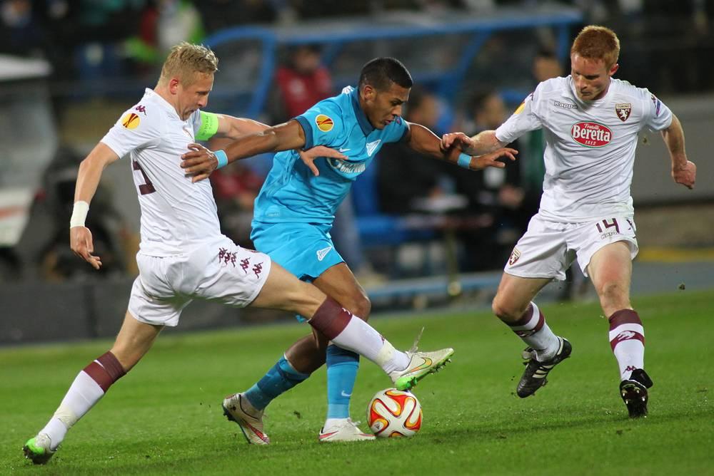 """Игроки """"Торино"""" Камил Глик, """"Зенита"""" Хосе Саломон Рондон и """"Торино"""" Алессандро Гацци (слева направо)"""