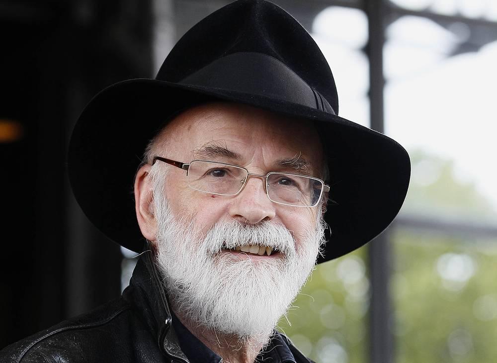 """Известный английский писатель-фантаст Терри Пратчетт скончался в возрасте 66 лет. Известно, что в последние годы автор цикла книг """"Плоский мир"""" (Discworld)  страдал от болезни Альцгеймера. Но, несмотря на диагноз, поставленный ему в 2007 году, он продолжал работать и летом прошлого года завершил свою последнюю книгу The Long Mars"""