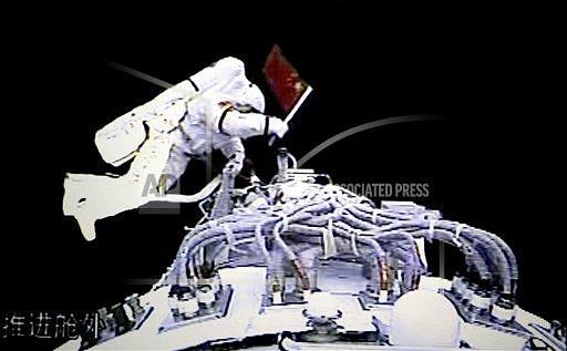 Первым китайским космонавтом (тайконавтом), вышедшим в открытый космос, стал полковник ВВС Народно-освободительной армии Китая Чжай Чжиган. Свой выход, длившийся 21 минуту, он совершил 27 сентября 2008 года во время полета на орбитальном корабле «Шэньчжоу-7»